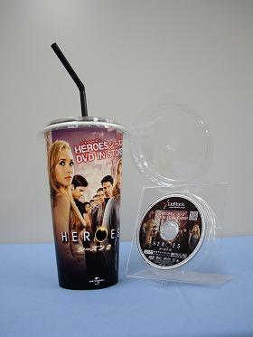 ドリンクのカップも「HEROES」のデザイン