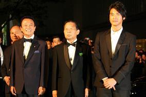 麻生太郎首相や金城武さんの登場に、沿道から黄色い歓声が飛んだ(中央は二階俊博経済産業相)