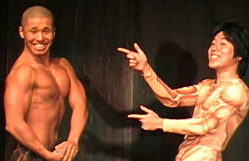 テンゲンの中島正晴さん(左)は大学時代に鍛えたボディで「筋肉芸人」を目指す