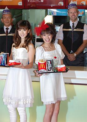 原田泳幸代表取締役会長兼社長兼CEO(写真左)とセイヤー代表取締役社長(写真右)がマクドナルド店長に。バリューセットを受け取るほしのさん、南さんもにっこり
