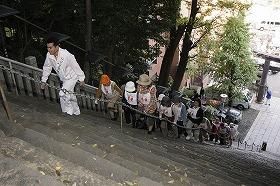 50人の「美女」とともに石段を上る石原良純さん