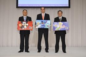 カードをPRする左からオリエンタルランドの福島祥郎代表取締役社長(兼)COO、ウォルト・ディズニー・ジャパンのポール・キャンドランド代表取締役社長、ジェーシービーの髙倉民夫代表取締役兼執行役員社長