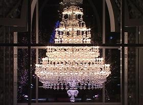 ライト総数は250燈という「バカラ」シャンデリア