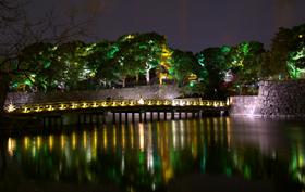 ライトアップされた和田倉橋と石垣が、和のイルミネーションを演出