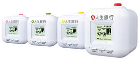 4色バリエーションの「人生銀行」は実売4000円程。液晶表示の質には不満の声も