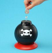 「貯金爆弾」の本体の上には導火線が伸びている。価格は約3000円