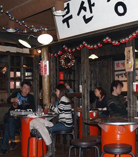 店内は1970年代の韓国の下町をイメージして、木の柱やハングル文字の看板を使った