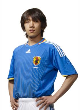 サッカー日本代表の新ユニフォームを着用した中村俊輔選手