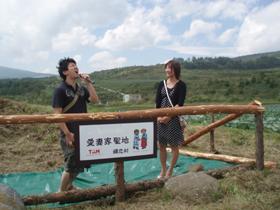 嬬恋村で行われた「キャベツ畑の中心で妻に愛を叫ぶ 2007」の1シーン。プロポーズの模様だという。(写真:嬬恋村役場提供)