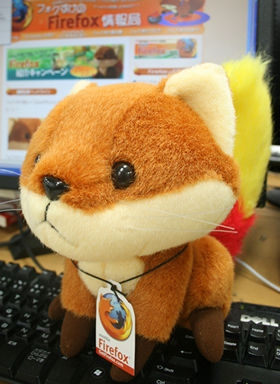 キーボードを占拠した「フォクすけ」。ネコ? イヌ? リス? いいえ、これでも一応、キツネなのです