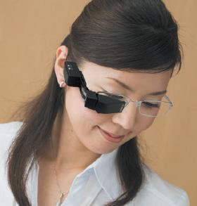 スカラの「Teleglass(テレグラス)T3-A」。メガネに装着した様子は、ドラゴンボールの「スカウター」によく似ている