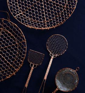 銅製の金網細工。中央2つは豆腐すくいで、円型1890円、角形1470円。下の2つの茶こしはステンレスの中網付き。小1890円、大2100円。