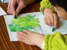 「カエルのぬり絵もあるよ」。 上野動物園