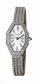 写真の時計はホワイトゴールドタイプ。文字盤内とその周りに計0.75ctのダイヤが使用されている。価格は197万4000円