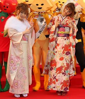 「カップヌードル」新製品をPRする重盛さん(左)と小倉さん(右)