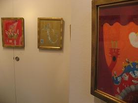 展覧会の壁に飾られた作品はどれもほのぼのとしたもの