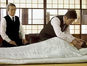 納棺師役・本木の演技が光る=(C)2008 映画「おくりびと」製作委員会