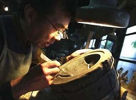 霰模様のある鉄瓶用の鋳型を修理する宮伸穂さん