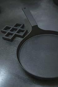 オイルパン(右=40.5×21.5×H7.5cm 6825円)と鍋敷き(左=格子パネル小:13×13×1cm 2415円)