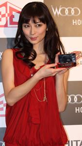オリジナル3Dムービーの中と同じく赤いドレスで登場した伊東美咲さん