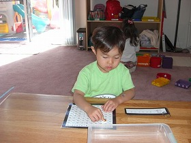 100ボード(Math)。数字、ボードに書かれた1から100までの数字を追うことで、並べられた数の規則性を見つける