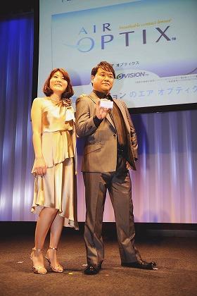 会見でポーズを取るカンニング竹山さん(右)と光浦さん