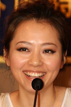 会見で笑顔を見せるジェーン・チャンさん