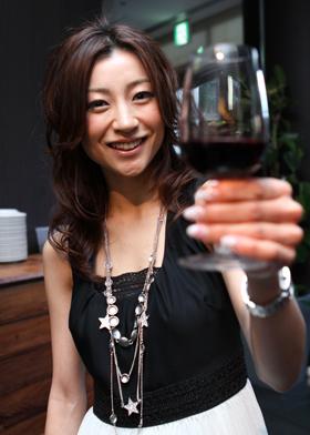 うれしそうにワイングラスを掲げる川村ひかるさん