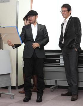 会見の合間に談笑するCHAGEさん(左)と古田さん