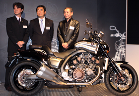 YAMAHA新型バイク「VMAX」(左からヤマハの企画担当、牧野浩さん、山路肇部長、GKダイナミックスの一条厚常務)