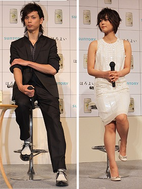 「ほろよい」CMに出演した水嶋さん(左)と掘北さん(右)