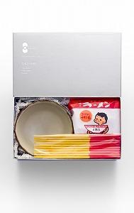 沖縄の箱にはカラフルな箸が添えられたラーメンが