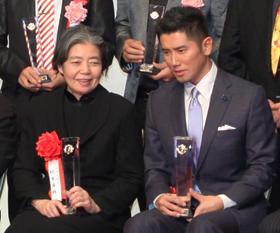 義母にあたる樹木希林さん(左)と「親子受賞」となった本木さん