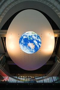 会場では、球体ディスプレイ「ジオ・コスモス」が地球を映し出す