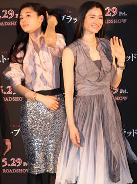 髪をなでる姿が印象的なチョン・ジヒョンさん(左)と小雪さん