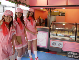 ピンクを基調とした店内、スタンド形式でイートイン