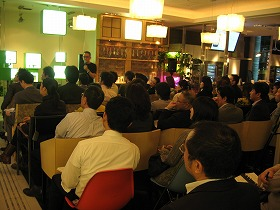 「第9回フレンドシップ」で講演する坂井さん(アーキテクトカフェ青山