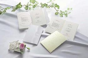 招待状やメッセージカードからもふたりの喜びが伝わる