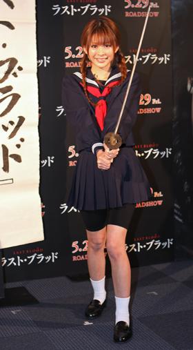 「ラスト・ブラッド」の主人公になりきり、日本刀を構える上原美優