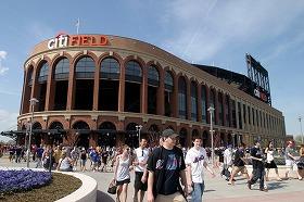 メッツの新球場「シティフィールド」。最寄りの駅名は銀行の倒産を恐れてか「シティフィールド」ではなく「メッツ-ウィレッツポイント」だ