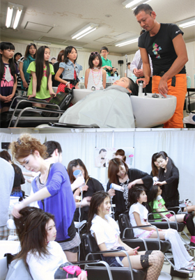 (上)トップスタイリストの実演に見入る子どもたち (下)母娘で和気あいあいと洗髪を実践