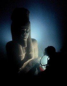 海中のハピ神像 (C)Franck Goddio/Hilti Foundation - Photo: Christoph Gerigk