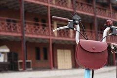 かつて馬の鞍の縫製にも使われた、手縫いの技術を駆使
