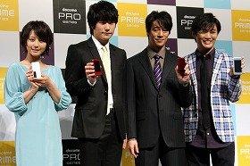 発表会には、堀北真希さん(左)などCM出演タレントも登場した
