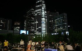 西新宿の夜景が一望できる開放的なロケーションでぐいっと一杯