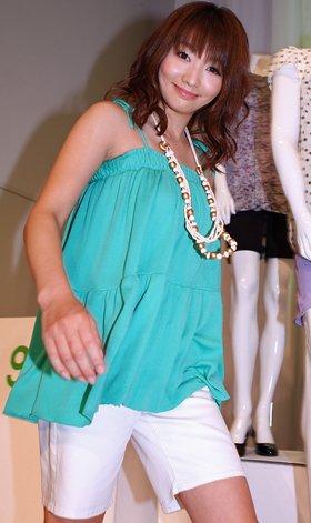 「ジーユー」の服に身をつつみ登場した眞鍋かをり(2WAYティアードチュニック、カラーショートパンツ。すべて990円)
