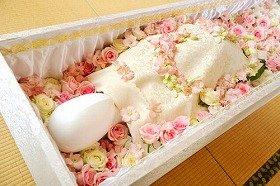 「おくりばなの儀」で飾られたお棺(花はバラ)