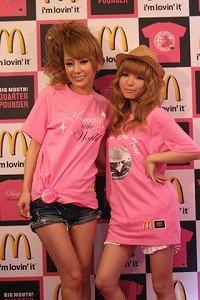 特別デザインの「バラ色Tシャツ」をお披露目する桃華さん(左)と益若さん(右)