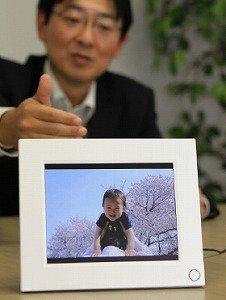 ドコモが発売する「お便りフォトパネル」。メールで送った写真が自動的に表示される