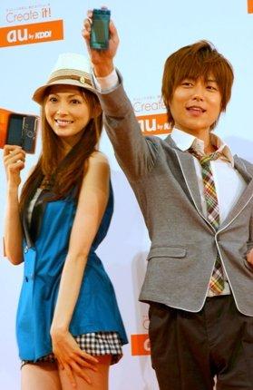 au2009年夏モデルを手にする押切さん(左)と杉浦さん(右)